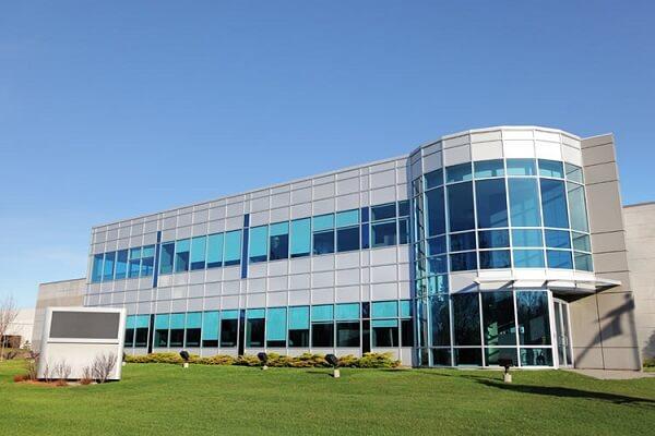Un defibrillatore in azienda, un defibrillatore sul posto di lavoro, un defibrillatore in ufficio. un defibrillatore in fabbrica, defibrillatori per aziende